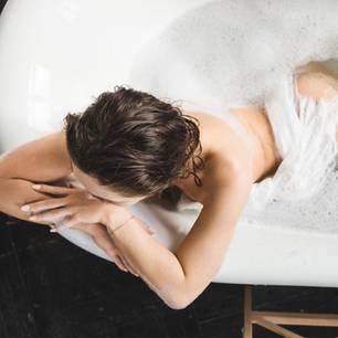 Baden oder Duschen - was ist besser?: Frau in Badewanne