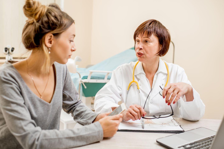 Früherkennung von Gebärmutterhalskrebs - das ist zu beachten: Ärztin und Patientin