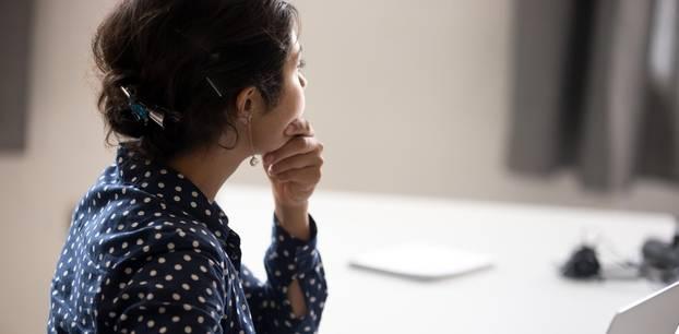 Fehler im Job - deshalb sollten wir nicht grübeln: Nachdenkende Frau