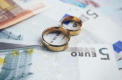 Kredit für Hochzeit aufnehmen. Helma Sick rät davon ab: Geld und Eheringe