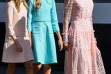 Übrigens war nicht nur die spanische Königin an diesem Tag ein absoluter Hingucker. Das Style-Gen hat sie definitiv auch an ihre beiden hübschen Töchter vererbt. Während Mama auf ein Romantik-Outfit setzte, wählten die Prinzessinnen Leonor und Sofia eher klassische Looks. Zu ihren super süßen Tweed-Kleidern in Rosé und Hellblau trugen die beiden elegante Ballerinas und gaben so gemeinsam mit Mama Letizia ein stylisches Trio ab.