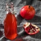 Granatapfelsirup: Roter Sirup in einer Glasflasche