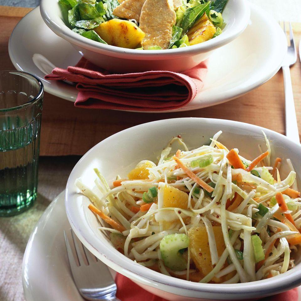 Weißkohlsalat mit Orangenfilets und Kartoffel-Senf-Soße