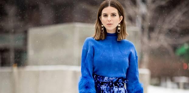Trendfarbe Royalblau: Frau im blauen Outfit