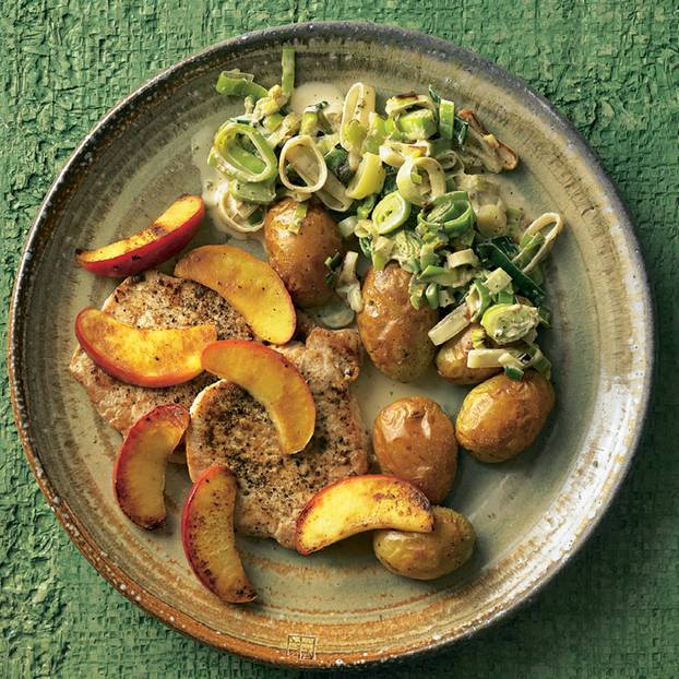 Schweinerückensteaks mit Apfel, Lauch und Kartoffeln
