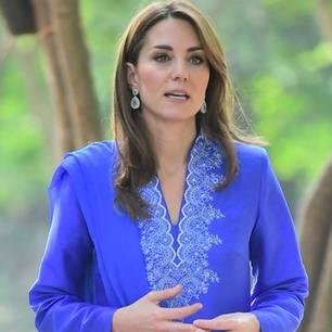 Auch an ihrem ersten Tag in Pakistankann Kate mit ihrem Look überzeugen. Für den Besuch einer Mädchenschule in Islamabad wählte sie eine leuchtend blauenKurta mit passendem Schal der einheimischen DesignerinMaheen Khan. Nudefarbene Flats mit Riemchen machten den entspannten Look perfekt. In sachen Schmuck setzte Kate wiederum – wie schon zuvor bei ihrer Ankunft – auf mit Perlen besetzte Ohrhänger in verschiedenen Blautönen.