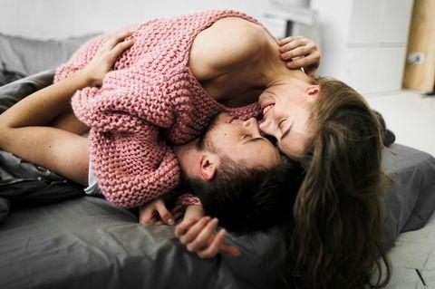 Spontaner Sex: Ein Pärchen hat spontanen Sex