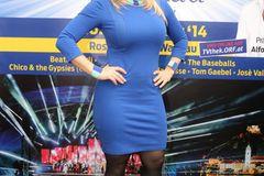 Beatrice Egli: posiert im blauen Kleid