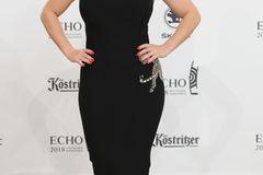 Beatrice Egli: posiert im schwarzen Kleid
