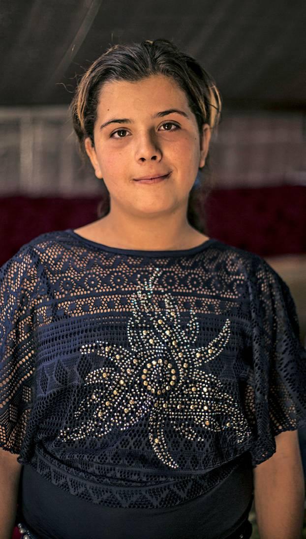 """Spendenaktion für syrische Flüchtlingskinder mit """"Ein Schal fürs Leben"""": Zwölfjähriges Mädchen"""