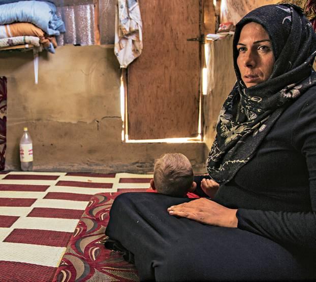 """Spendenaktion für syrische Flüchtlingskinder mit """"Ein Schal fürs Leben"""": Frau mit Kind"""