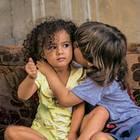 """Spendenaktion für syrische Flüchtlingskinder mit """"Ein Schal fürs Leben"""": Küssende Kinder"""
