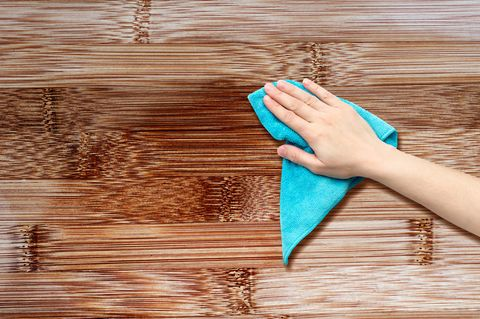 Holzpflege: Holz wird mit Lapen abgewischt