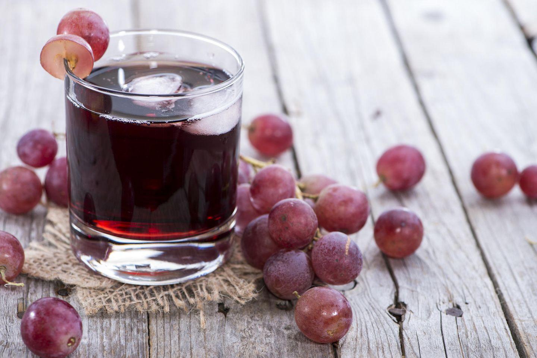 Traubensaft selber machen: Roter Traubensaft im Glas