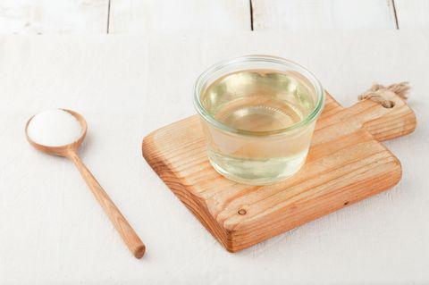 Zuckersirup: Sirup in einer Glasschale auf Holzbrett
