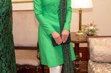 Schönes Detail: Über die Schulter hat sie sich einen gemusterten Schal vom pakistanischen Label Satrangi gelegt.