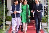 Für einen Besuch bei Premierminister ImranKhan stand ein erneuter Outfitwechsel auf dem Programm. Diesmal wählte Kateeine weiße Hose von Maheen Khan und einen grünen Mantel von Catherine Walker.