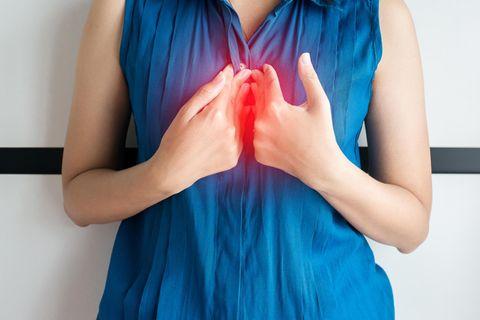 Sodbrennen: Frau mit Schmerzen in der Brust