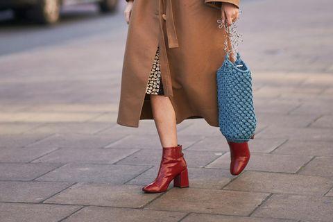 Quadratische Spitze: Frau mit Stiefeln mit quadratischer Spitze