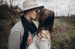 Selbstbewusste Sätze in der Beziehung: Paar küsst sich