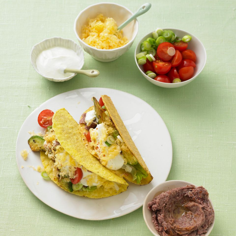 Tacos mit Salat und Bohnencreme