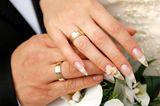 Hochzeitsnägel: Hände eines Brautpaares