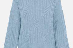 Im Winter ist Strick definitiv Trumpf. Tief in die Tasche greifen müsst ihr dafür aber nicht. Dieser babyblaue Pullover von Yas mit leichtem Zopfmuster und coolen Ballonärmeln ist kuschelig warm und schon für 70 Euro bei About You zu haben.
