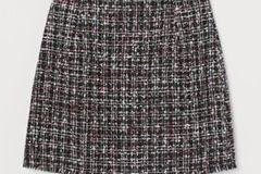 Na, im Lotto gewonnen und bei Chanel geshoppt? Nö, aber bei H&M eskaliert, dort kann man sich so stylische Tweedröcke wie diesen hier nämlich locker leisten. Beweis gefällig? 25 Euro! BÄM!