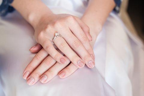 Hochzeitsnägel: Lackierte Fingernägel mit Glitzersteinen