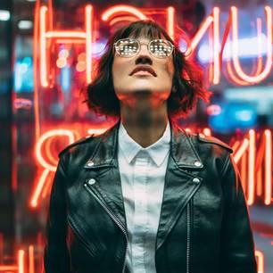 Wie unser Zeitgefühl entsteht & wie wir es austricksen: Frau mit Brille in digitaler Welt