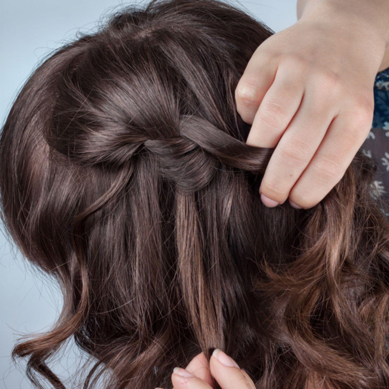 Einfache Frisuren: Frau flechtet Zopf
