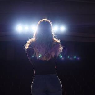Schönste Frau der Welt: Frau auf Bühne