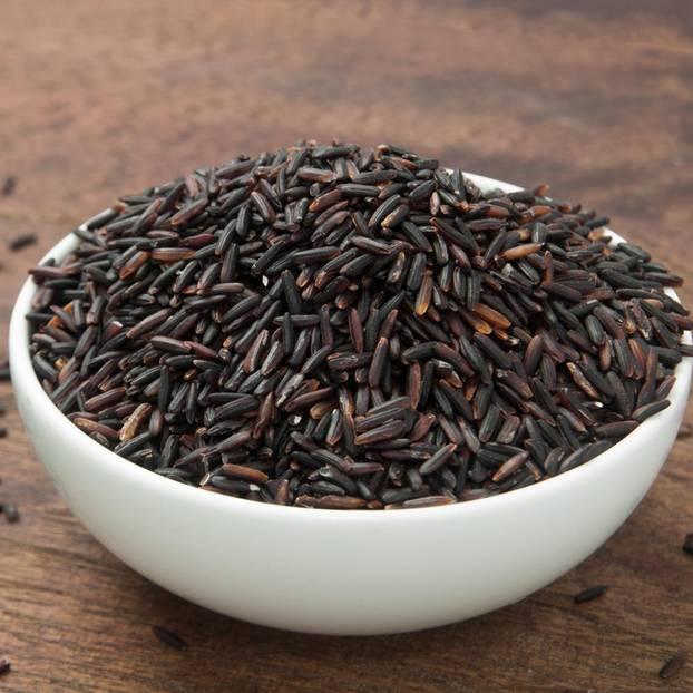 Schwarzer Reis in einer Schüssel