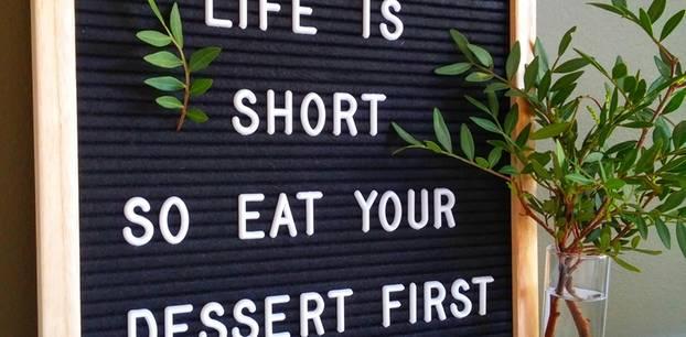 Lustige Weisheiten: Eine Tafel mit einer lustigen Weisheit