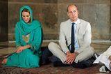 ... was einen Blick auf den dunkelroten Nagellack an den Füßen der Herzogin freilegte. Die Queen liebt es angeblich nicht, wenn die Frauen der britischen Königsfamilie etwas anderes alsdezenten rosafarbenen Lack auf ihren Nägelntragen. Während sich Kate bei ihren Fingernägeln stets daran hält, macht sie bei ihren Füßen offenbar eine Ausnahme.