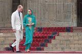 Kate und Williambesuchteneine der größten Moscheen der Welt, die Badshahi-Moschee in Lahore. Die Herzogin wählte dafür einemeraldgrünes Gewand namens Shalwar Kameez derDesignerinMaheen Khan sowie ein passendes Kopftuch. Das Gewand bestand aus einer Hose und einer bestickten Tunika.