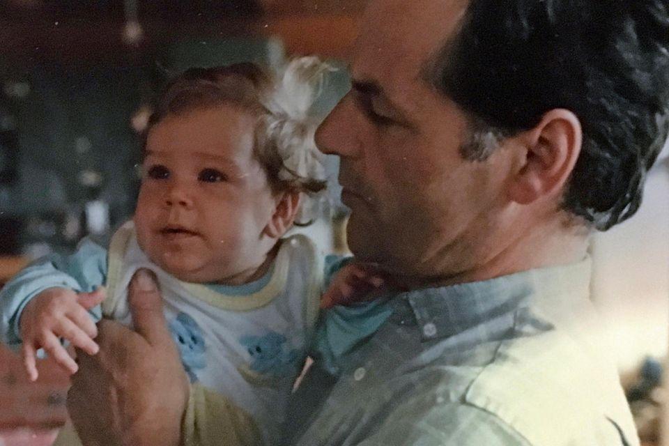 Was mir in meiner Trauer hilft: Ein attraktiver Mann hält sein niedliches Baby
