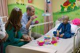 Herzogin Kate + Prinz William: spielen mit Kind eine Teezeremonie