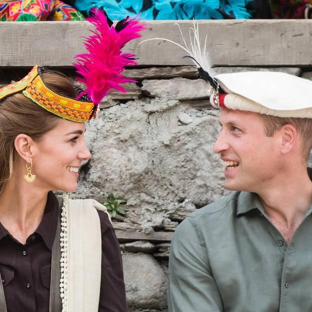 Herzogin Kate + Prinz William: tragen pakistanische Kopfbedeckungen