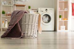 Wäsche in der Wohnung trocknen - Korb mit Handtüchern