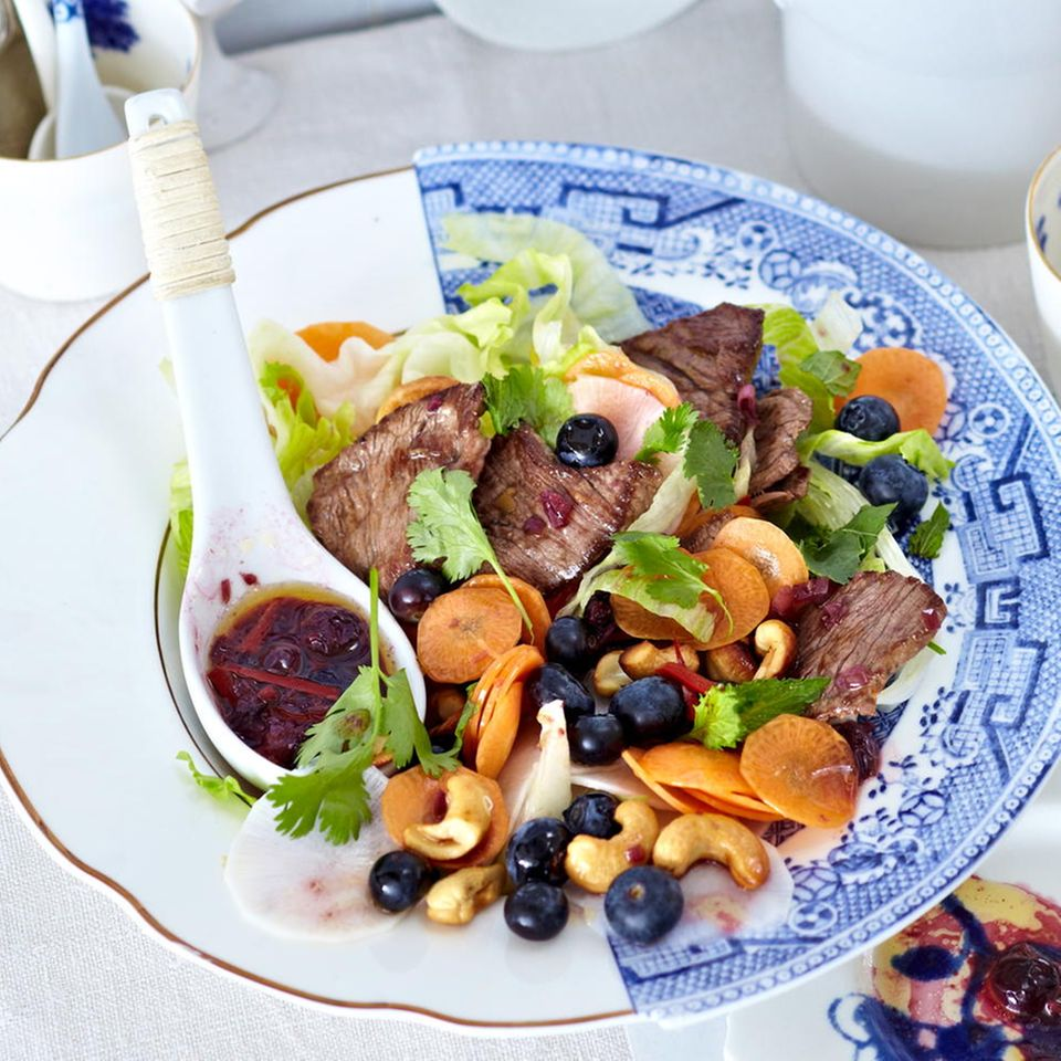 Thai-Salat mit Rinderfilet und Blaubeeren