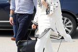 Aufbruch in Lahore:Kate und William waren auf dem Weg zum Flugzeug, um sich in Richtung Islamabad zu begeben. Dafür wählte Kate eine locker fallende Tunika in Weiß, eine passende Hose und einen schwarzen Weekender. Die Haare trug die Herzogin wie fast immer in sanfte Wellen gelegt.