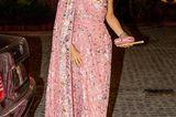 Bei ihrer royalen Tour durch Indien präsentierte Königin Máxima einen Traumlook nach dem nächsten. Dabei sorgte ein Outfit für besonders viel Aufmerksamkeit – danke einer rührenden Geschichte. Für ein Staatsbankett in Neu-Dehli entschied sich das Oberhaupt der niederländischen Monarchie für eine asymmetrische Robe in Rosa. Das Kleid war aufwendig bestickt und sah einfach umwerfend aus.  Das Besondere daran: Die Königin ließ die Abendrobe extra für diesen Anlass vom niederländischen Designer Jan Taminiau anfertigen und wählte dafür den Stoff eines alten Saris, den sie 2007 bei ihrem ersten Besuch in Indien kaufte. Was für eine schöne Geste! Dazu kombinierte sie eine farblich passende Clutch, ein Diadem und Ohrhänger und verpasste ihrem Look so den typischen Máxima-Style.