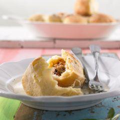 Zwiebel-Mett-Buchteln mit Salbeisoße