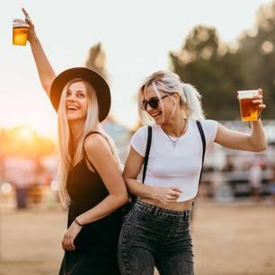4 Gründe, warum der Skorpion ein super Sternzeichen ist: Zwei junge Frauen machen Party auf einem Festival