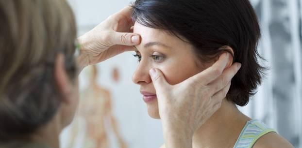 Stirnhöhlenentzündung: Frau beim Arzt
