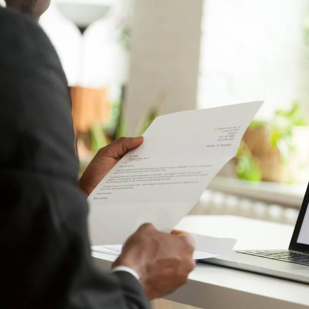 Einleitung der Bewerbung: Personaler liest Bewerbung