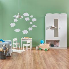 Wandgestaltung im Kinderzimmer: Grüne Wand mit Wolken