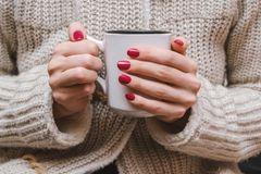 Maniküre-Fehler: Frau hält Tasse