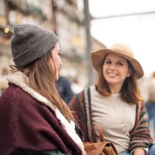 Horoskop: Zwei Frauen reden, eine schaut irritiert zur Seite
